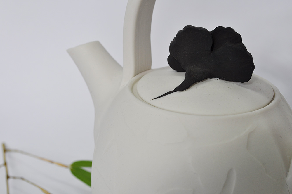 Ginko teapot white with black leaf lid wbg detail 72